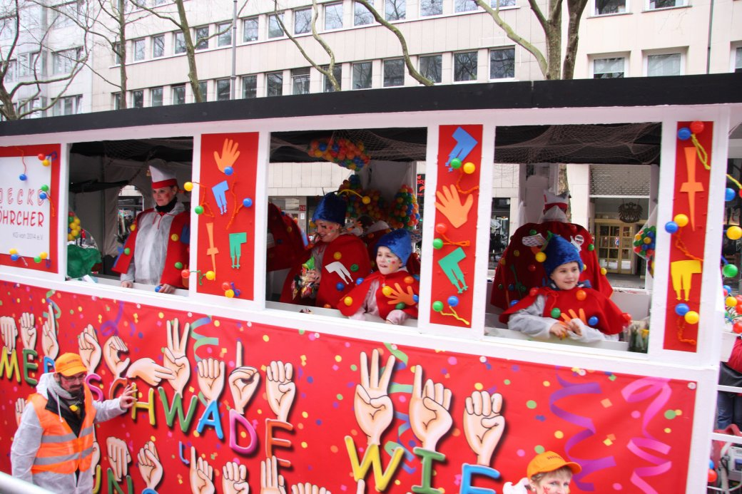 Karnevalswagen mit fröhlichen Menschen