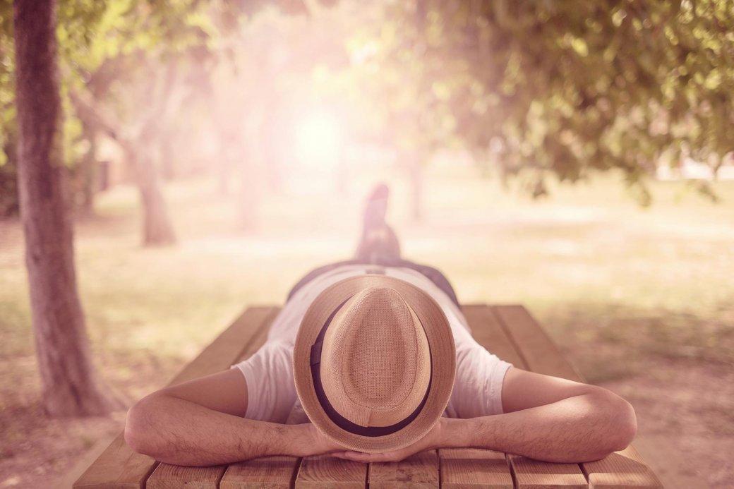Mann beim Entspannen im Park