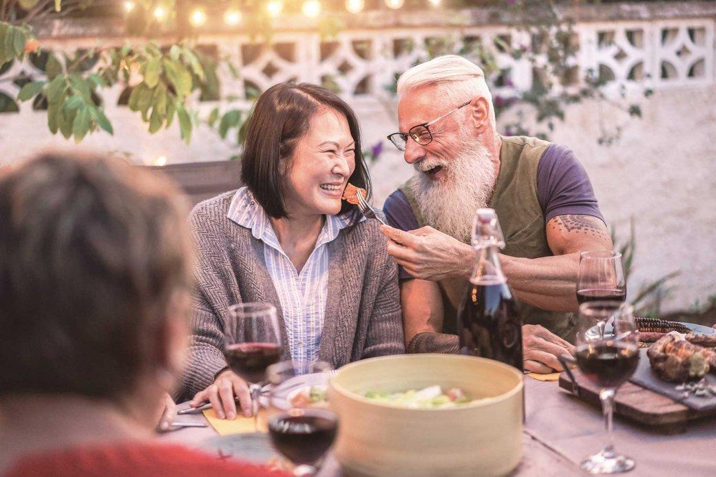 Ältere Menschen beim Feiern