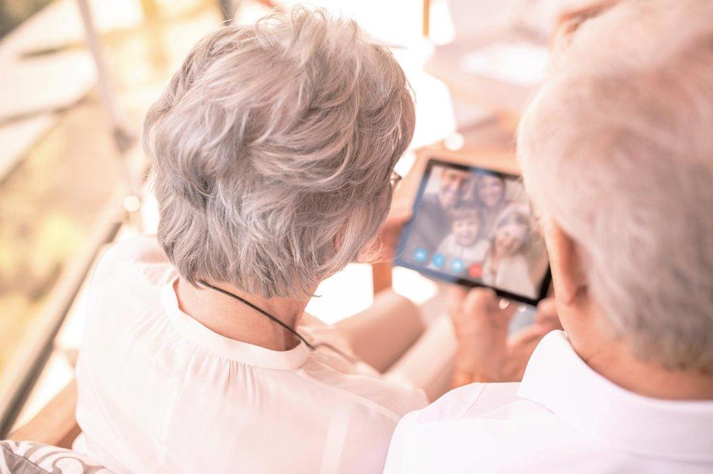 Älteres Paar mit Tablet