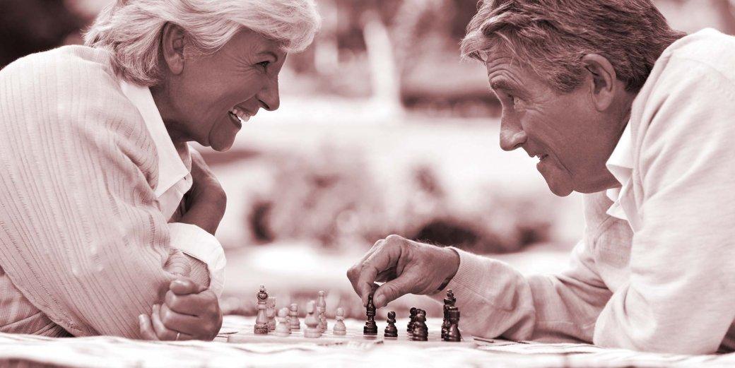Paar beim Schachspielen