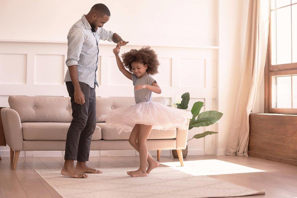 Vater und Tochter beim Tanzen