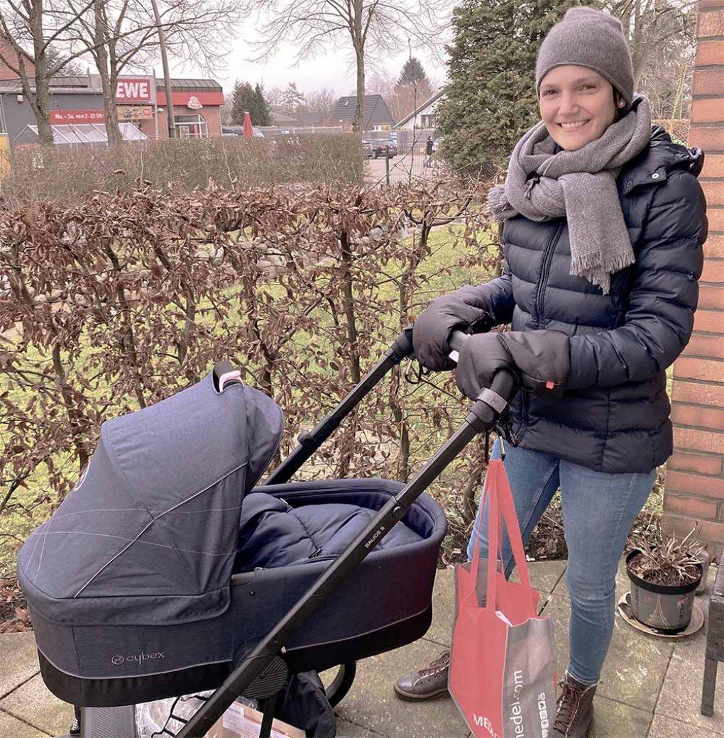 Valerie mit Kinderwagen